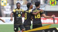 Indosport - Skuat Barito Putera merayakan gol Gavin Kwan ke gawang PSS Sleman.