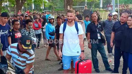 Steven Paulle berada di koridor Stadion Andi Mattalatta, Makassar. Ia menantikan dua sahabatnya di PSM Makassar, yakni Willjan Pluim dan Marc Klok selesai menggelar official training. - INDOSPORT