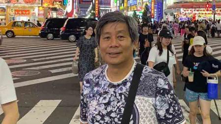 Herry Iman Pierngadi, pelatih ganda putra Indonesia saat menikmati kota Jepang. - INDOSPORT