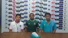 Indosport - Pelatih Bona Simanjuntak dan Mario Albertho menghadiri sesi konferensi pers sebelum pertandingan.