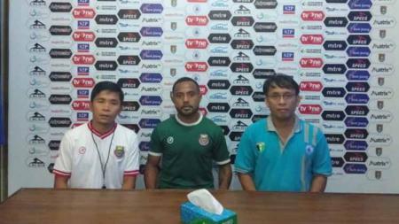 Pelatih Bona Simanjuntak dan Mario Albertho menghadiri sesi konferensi pers sebelum pertandingan. - INDOSPORT