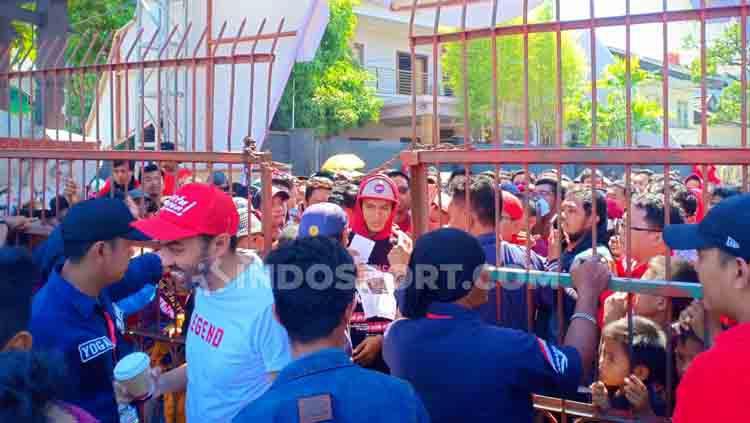 Antrean panjang suporter akan memasuki lapangan Stadion Andi Mattalata. Copyright: Adriyan Adirizky/INDOSPORT