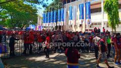 Indosport - Suporter PSM Makassar rela antre panjang untuk menyaksikan laga Final Piala Indonesia PSM vs Persija.