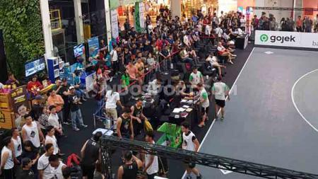 Antusiasme masyarakat Bandung menyaksikan laga IBL Gojek 3x3. - INDOSPORT