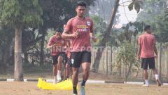 Indosport - Bek PSIS Rio Saputro saat melakukan latihan rutin di Lapangan Demon, Magelang.