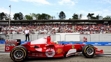 Mick Schumacher menaiki mobil ayahnya, Michael Schumacher di GP Jerman. - INDOSPORT