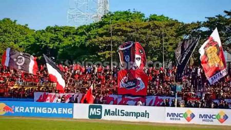 Koreo yang ditampilkan oleh PSM Fans di Final leg kedua Kratingdaeng Piala Indonesia. - INDOSPORT