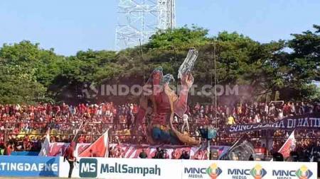Koreo yang ditampilkan oleh PSM fans untuk final leg kedua Kratingdaeng Piala Indonesia. - INDOSPORT