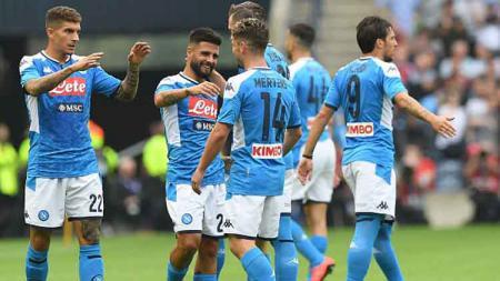 Selebrasi Para Pemain Napoli usai Lorenzo Insigne mencetak gol ke gawang Liverpool - INDOSPORT