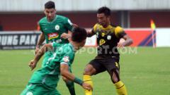 Indosport - Gelandang Barito Putera, Bayu Pradana (kanan) mengawal pemain PSS Sleman, Brian Ferreira dalam laga di Stadion Maguwoharjo