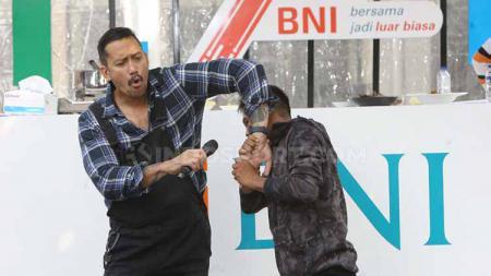 Juara kelas terbang One Pride Pro Never Quit, Suwardi, mendapat tantangan memasak di Halal Park RKB BNI Fest, di kawasan Kompleks Gelora Bung Karno, Jakarta. - INDOSPORT