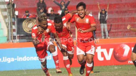 Aksi selebrasi pemain Persis Solo melawan Sulut United di Stadion Wilis, Kota Madiun, Senin (29/07/19). - INDOSPORT