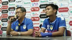 Indosport - Aji Santoso dalam jumpa pers usai laga.