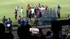 Indosport - Suporter Persela turun ke lapangan untuk melakukan protes.