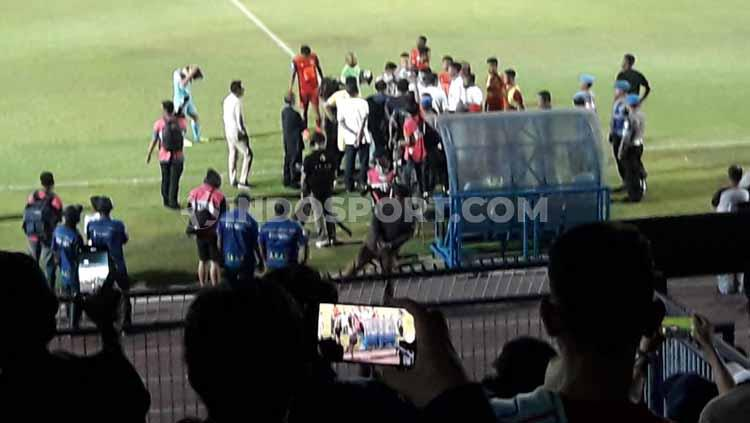 Suporter Persela turun ke lapangan untuk melakukan protes. Copyright: Ian Setiawan/INDOSPORT