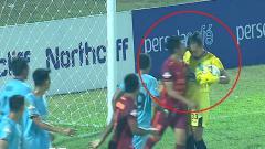 Indosport - Tandukan kiper Persela Lamongan Dwi Kuswanto ke pemain Borneo FC Wahyudi Hamisi.