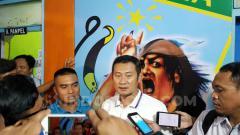Indosport - CEO Persela Lamongan, Yuhronur Effendi saat mengomentari kerusahan yang terjadi di laga melawan orneo FC. INDOSPORT/Ian Setiawan.