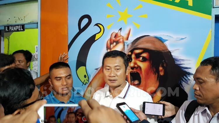 CEO Persela Lamongan, Yuhronur Effendi saat mengomentari kerusahan yang terjadi di laga melawan orneo FC. INDOSPORT/Ian Setiawan. Copyright: INDOSPORT/Ian Setiawan