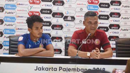 Pelatih Persiraja Banda Aceh, Hendri Susilo, dalam jumpa pers usai laga Liga 2, Minggu (28/7/19). Foto: Muhammad Effendi/INDOSPORT - INDOSPORT