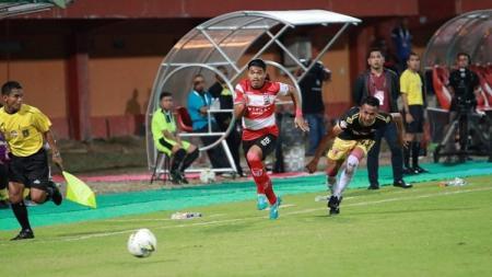 Pemain Madura United, Alfath Fathier, menggiring bola di laga melawan Perseru Badak Lampung pada pekan ke-11 Liga 1 2019 - INDOSPORT