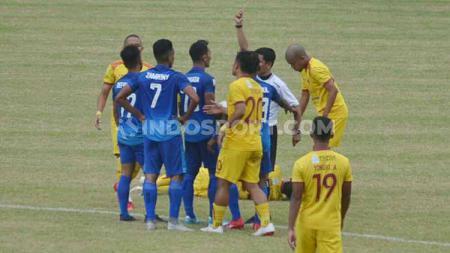 Pemain Persiraja Banda Aceh dikartu merah wasit melawan Sriwijaya FC. - INDOSPORT