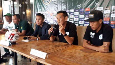 Pelatih Persipura Jayapura U-20, Tony Ho (kedua dari kanan) saat konferensi pers usai laga. - INDOSPORT