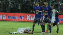 Indosport - Pemain Persib Bandung, Rene Mihelic terjatuh di pertahanan Arema FC pada pertandingan pekan ke-11 Liga 1 2019. INDOSPORT/Ian Setiawan.
