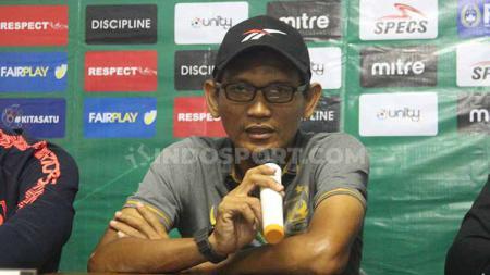 Pelatih PSIS U-20, Khusnul Yakin saat memberi keterangan pers usai laga melawan Persib U-20. Foto: Alvin Syaptia Pratama/INDOSPORT - INDOSPORT