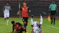 Indosport - Striker Timor Leste, Paulo Domingos Gali Da Costa Freitas (tengah), dituding melakukan pencurian umur di ajang Piala AFF U-15 2019.