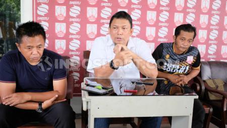 Sekjen Persis, Dedi M Lawe (tengah) memberikan keterangan kepada awak media. - INDOSPORT