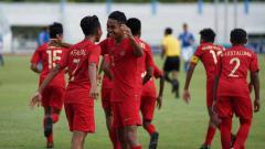 Indosport - Pemain Mochamad Faizal Shaifullah (kiri) berpelukan dengan Marselino Ferdinan (kanan) kala merayakan gol Timnas Indonesia U-15 di Piala AFF U-15 2019.