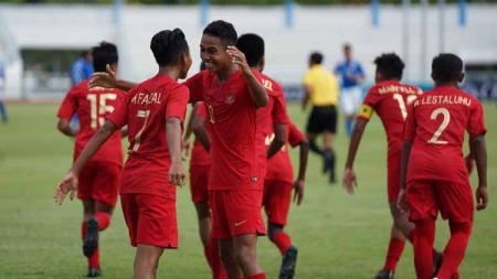 Pemain Mochamad Faizal Shaifullah (kiri) berpelukan dengan Marselino Ferdinan (kanan) kala merayakan gol Timnas Indonesia U-15 di Piala AFF U-15 2019. - INDOSPORT
