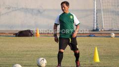 Indosport - Djadjang Nurdjaman memimpin latihan Persebaya di Lapangan Polda Jatim, Rabu (31/7/19).