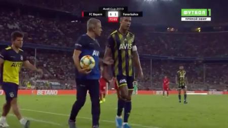 Kapten Fenerbahce, Nabil Dirar keluar dari lapangan saat bertanding melawan Bayern Munchendi ajang Audi Cup - INDOSPORT