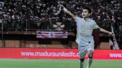 Indosport - Selebrasi pemain PSS Sleman, Irkham Milla, usai mencetak gol ke gawang Madura United di Liga 1.