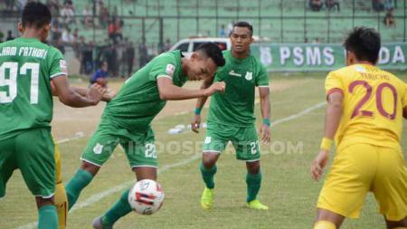Pemain PSMS Medan, Eki Fauji Saputra, mencoba lewati pemain Sriwijaya FC. (Foto: Aldi Aulia Anwar/INDOSPORT) - INDOSPORT