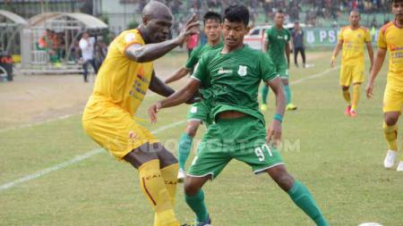 Pemain PSMS Medan, Ilham Fathoni, mencoba merebut bola dari pemain Sriwijaya FC, Bruno Casimir. (Foto : Aldi Aulia Anwar/INDOSPORT) - INDOSPORT