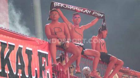 Suporter PSM Makassar masuk ke tribun, terlihat tiga anggota The Macz Man yang mengecat seluruh tubuhnya dengan warna merah. - INDOSPORT