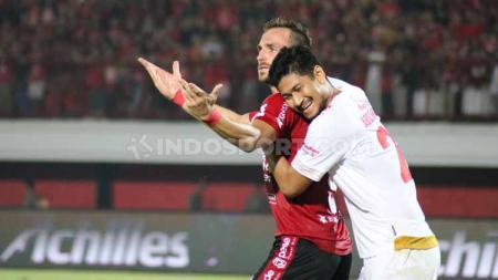 Ilija Spasojevic dipeluk oleh Abdul Rahman Sulaeman di Stadion Kapten I Wayan Dipta pekan Liga 1 ke-14. - INDOSPORT