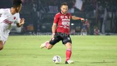 Indosport - Ilija Spasojevic tengah melakukan umpang kearaha gawang PSM Makassar di Stadion Kapten I Wayan Dipta pekan Liga 1 ke-14.