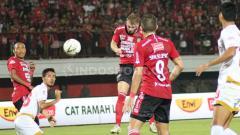 Indosport - Sundulan Melvin Platje menjebol gawang PSM Makassar di Stadion Kapten I Wayan Dipta pekan Liga 1 ke-14.