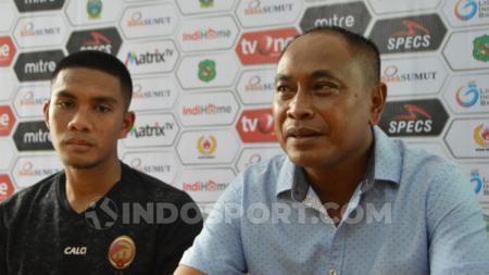 Pelatih Sriwijaya FC, Kas Hartadi (kanan) didampingi pemainnya Akbar Zakaria (kiri) dalam temu pers usai pertandingan lawan tuan rumah PSMS Medan. (Foto: Aldi Aulia Anwar/INDOSPORT) - INDOSPORT