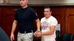 Indosport - Carlos Baldomir saat diborgol oleh pihak keamanan.