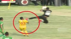 Indosport - Penjaga gawang PSMS, M. Choirun Nasirin meluncurkan tendangan kungfu horor ke arah striker Sriwijaya Ahmad Ihwan.