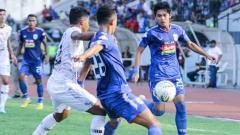 Indosport - Para pemain PSIS Semarang berebut bola dengan pemain TIRA Persikabo.