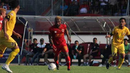 Pemain Kalteng Putra, Patrich Wanggai (tengah) menggiring bola. - INDOSPORT
