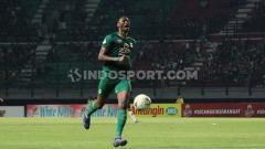 Indosport - Mengenang momen Amido Balde akhiri paceklik gol di Liga 1 2019 bersama Persebaya.