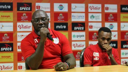 Pelatih Persipura Jayapura, Jacksen F. Tiago bersama Gunansar Mandowen saat konferensi pers - INDOSPORT