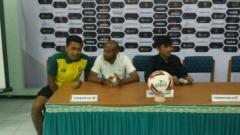 Indosport - Asisten pelatih Persewar Waropen, Elie Aiboy (tengah) saat konferensi pers.