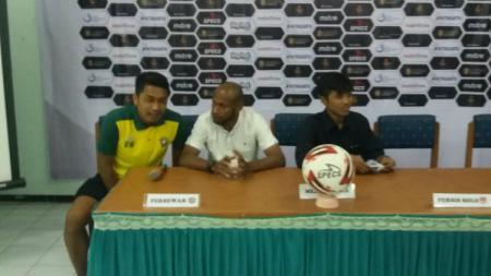 Asisten Pelatih Persewar Waropen, Elie Aiboy (tengah) saat konferensi pers - INDOSPORT